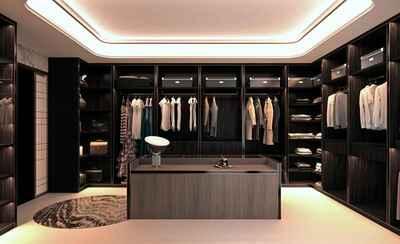 Begehbares Ankleidezimmer in dunklem Design mit Mittelinsel und umlaufenden Regalen für Kleidung und andere Gegenstände