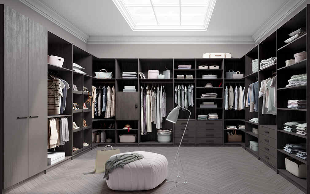 Ein Ankleidezimmer ausgestattet mit unserem Seitensystem als Raumabschluss, welches viele Regale ergibt und somit sehr viel Stauraum. Weiters sind auf dem Bild ein paar Schubladen und ein kleiner Drehtürenschrank abgebildet