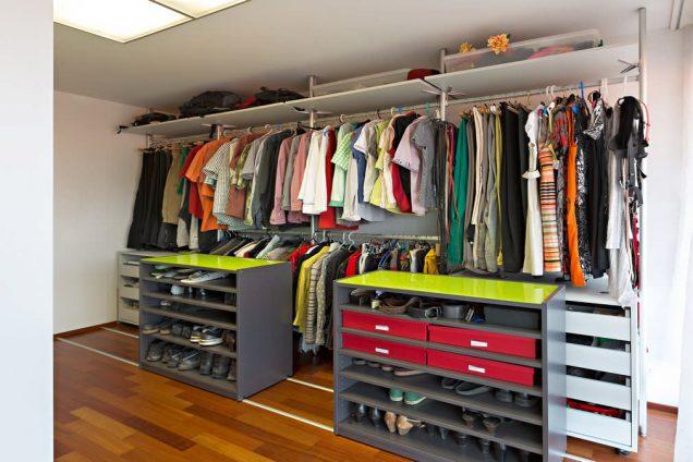 Ankleidezimmer mit 2 Schieberegalen und einem Rollkorpus mit Schubladen. Im Hintergrund das Säulensystem kombiniert mit Kleiderstangen und Tablaren