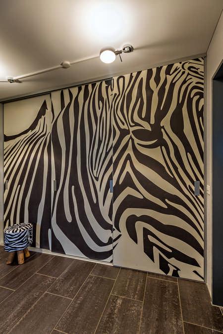 Begehbarer Kleiderschrank als dekorativer Raumtrenner mit Fotomotiv Zebra Wohlen 0