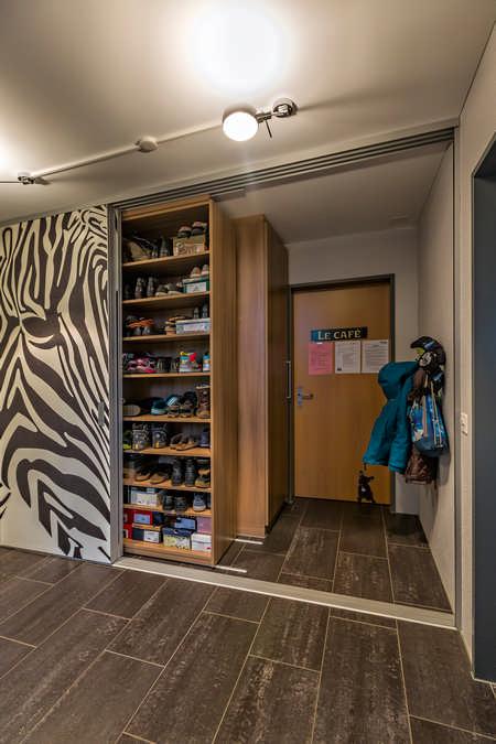 Begehbarer Kleiderschrank als dekorativer Raumtrenner mit Fotomotiv Zebra Wohlen 1