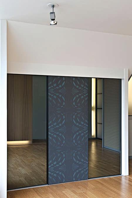Dachschrägen Schiebetürfront mit Grauspiegel und Tapete Dintikon