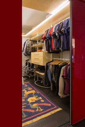 Säulensystem kombiniert mit Schubladen und Kleiderstangen. Blick ins Ankleidezimmer. Am Boden liegt noch ein Teppich