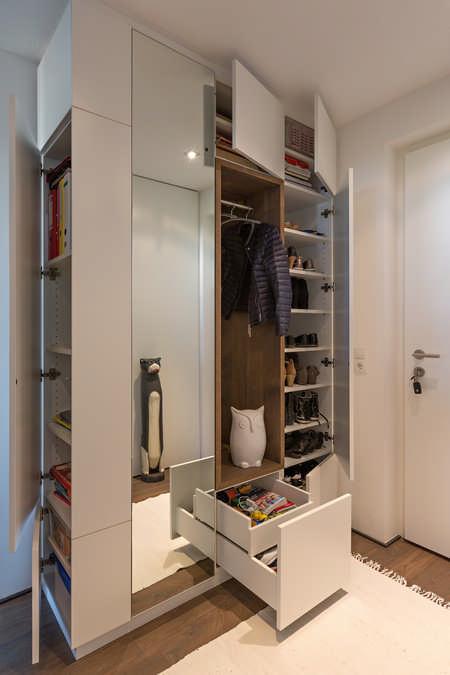 Designergarderobe mit Schranktüren und Massivholzausschnitt in Eiche 1