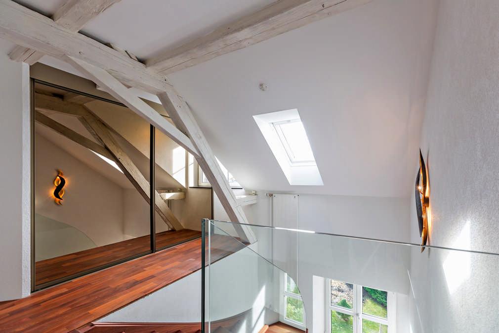 Garderobe im Stiegenhaus mit Schiebetüren und Spiegel Hinwil 0
