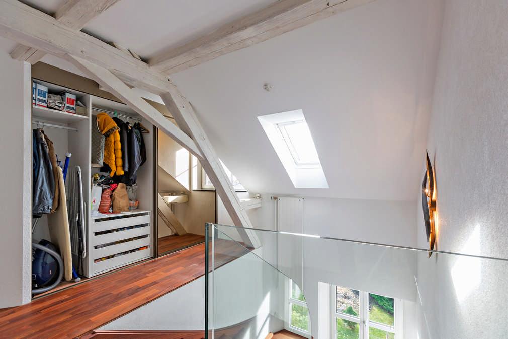 Garderobe im Stiegenhaus mit Schiebetüren und Spiegel Hinwil 1