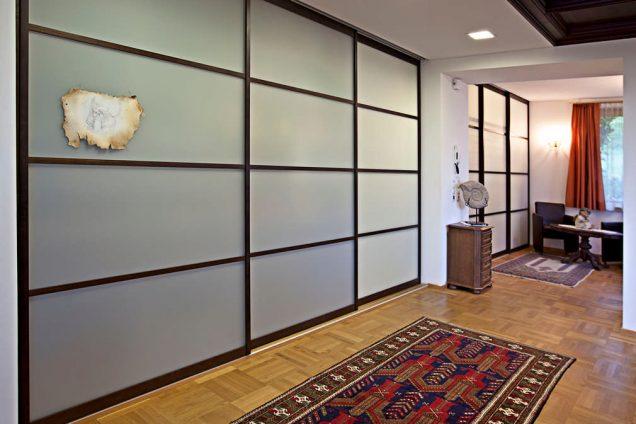 Schiebetüren als Raumteiler und Schrankfront mit Massivholzrahmen und Sprossen Feldkirch 0