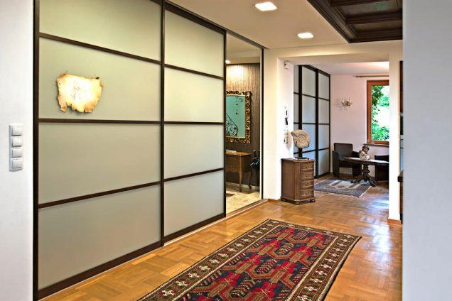Schiebetüren als Raumteiler und Schrankfront mit Massivholzrahmen und Sprossen Feldkirch 1