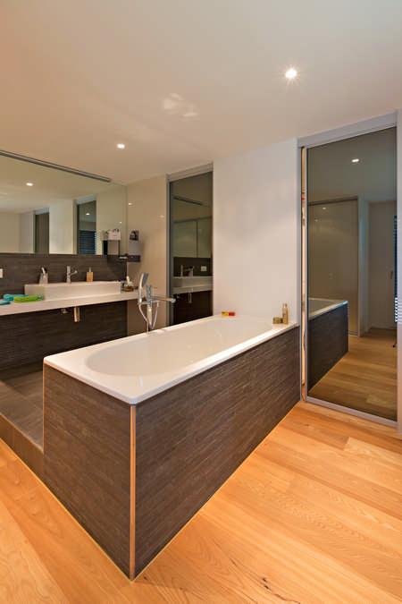 Schiebetüren als Raumteiler zu Waschraum mit Spiegel Glarus 0