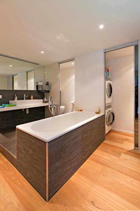 Schiebetüren als Raumteiler zu Waschraum mit Spiegel Glarus 1