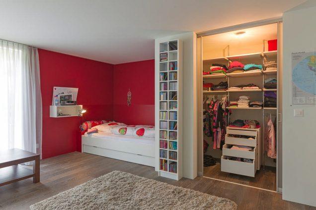 Begehbarer Kleiderschrank   Schiebetüren hinter Wand laufend bei begehbarem Kleiderschrank 1