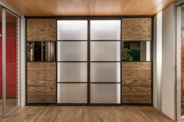 Massivholz und Furniere | Schiebetüren kombi Japanisch mit Altholz und Grauspiegel Feldkirch