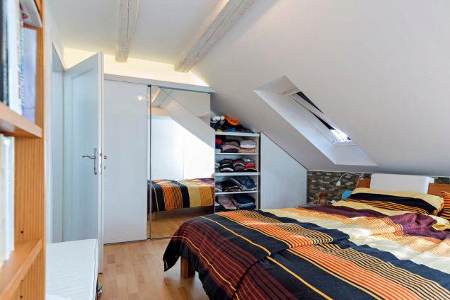 Schlafzimmer Dachschrägenschiebetürschrank Hinwil 1