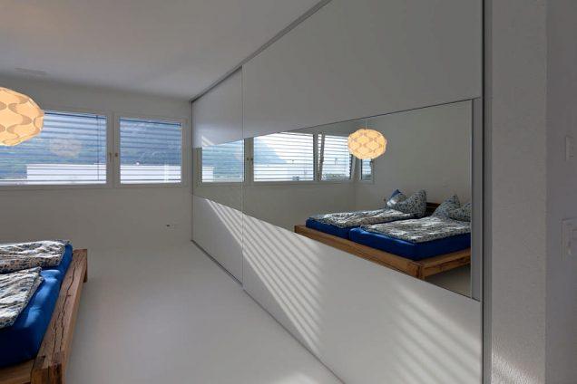 Einbauschrank | Schlafzimmerschrank mit Querfries in Spiegel Chur 0