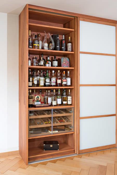 Dieser Einbauschrank ist eine Sonderanfertigung. Er besteht hauptsächlich aus einem raumhohen Humidor in dem diverse Flaschen ihr Zuhause gefunden haben. Ein Teil des Humidores ist besonders geschützt. Darin befinden sich temperierte Zigarren.