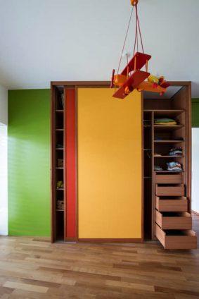 Verspielter Kinderzimmerschrank in Rot und Gelb Koblach 1